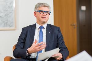 Dr. Klaus Schraudner zur Kooperation mit investify - Foto: ©Jennifer Zumbusch/dreipunktdrei